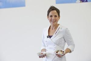 Zusammen mit Lufthansa entwickelte die TV- und Sterneköchin Sybille Schönberger die neuen leckeren und gesunden Menüs für Kinder. Foto: Deutsche Lufthansa / Volker Nothdurft, www.desoto.de