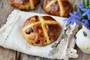 Großbritannien: Traditionelle Hefebrötchen, die<em> hot cross buns</em>