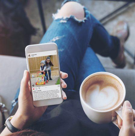 Eine Frau hält einen Kaffee und ihr Smartphone mit einem Instagram-Post von Sila Sahin zu den VTech Lernspielzeugen in der Hand