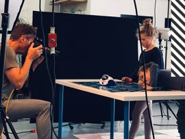 Der Fotograf und die Kids-Models am Set mit dem MIND Designer Roboter