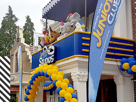 Die Maskottchen des Europa-Park JUNIOR CLUB vor den JUNIOR CLUB Studios