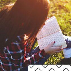 Ein Mädchen liest ein Buch