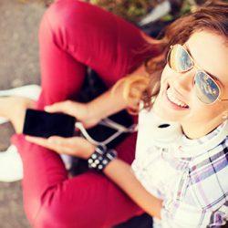 Eine Jugendliche mit ihrem Smartphone