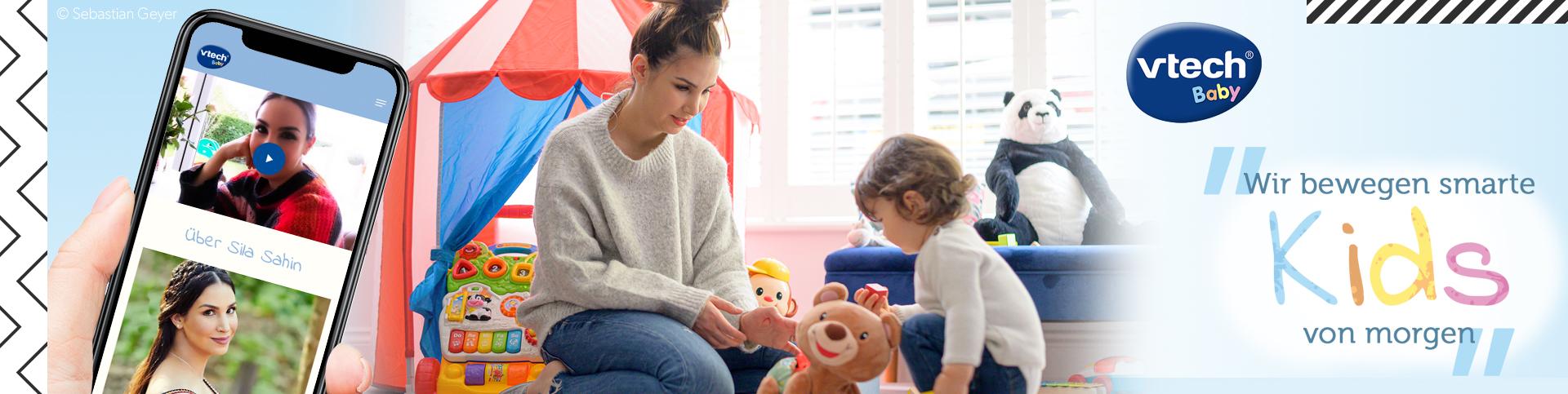 Sila Sahin, die neue Markenbotschafterin von VTech Baby, spielt mit ihrem Sohn und den VTech Lernspielzeugen
